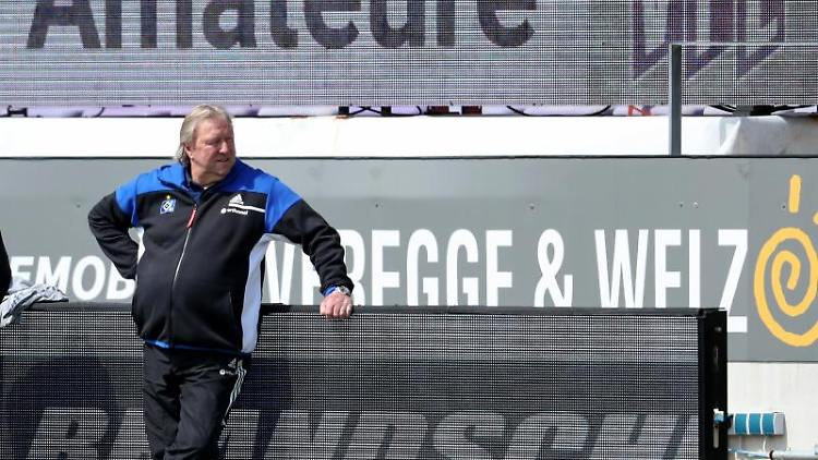 Hamburgs Trainer Horst Hrubesch steht an der Seitenlinie. Foto: Friso Gentsch/dpa/archivbild