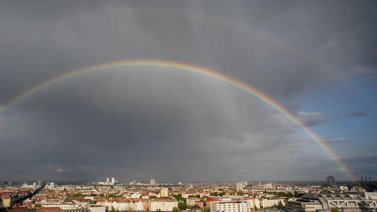 Nach einem Regenschauer bildet sich ein Regenbogen über Berlin. Foto: Kay Nietfeld/dpa