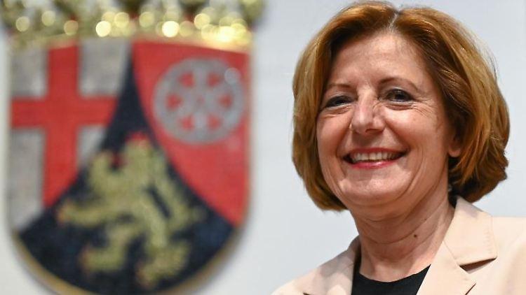 Malu Dreyer (SPD) steht im Landtag vor dem Landeswappen. Foto: Arne Dedert/dpa/Archivbild