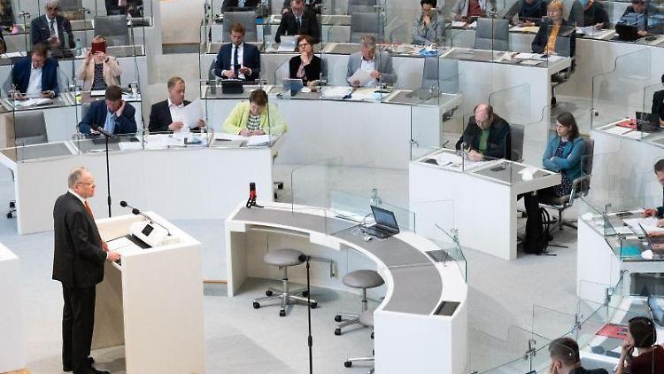Ministerpräsident Stephan Weil (SPD) steht am Rednerpult im niedersächsischen Landtag ab. Foto: Julian Stratenschulte/dpa/Archivbild