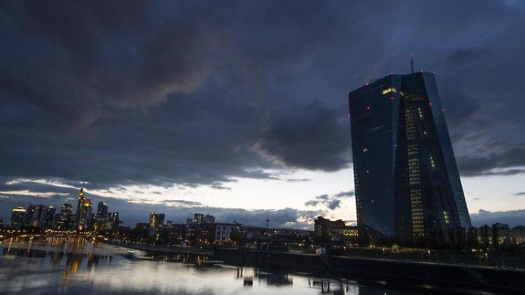 Der Wind treibt kurz nach Sonnenuntergang dunkle Wolken über die Bankenskyline in Frankfurt am Main. Foto: Boris Roessler/dpa