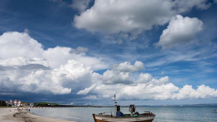 Wolken ziehen im Ostseebad Binz auf der Insel Rügen über den Strand. Foto: Stefan Sauer/dpa