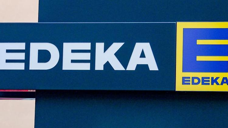 Das Logo von Edeka. Foto: Jens Kalaene/dpa-Zentralbild/dpa/Archivbild