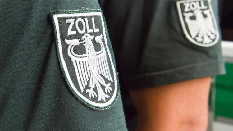Die Ärmelabzeichen von zwei Zollbeamten. Foto: picture alliance / Christophe Gateau/dpa/Symbolbild