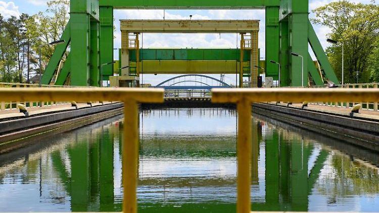 Die Stahlkonstruktion des Schiffshebewerks Rothensee spiegelt sich im Wasser. Foto: Klaus-Dietmar Gabbert/dpa