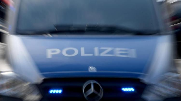 Ein Polizeiwagen mit eingeschaltetem Blaulicht. Foto: Carsten Rehder/dpa/Archivbild
