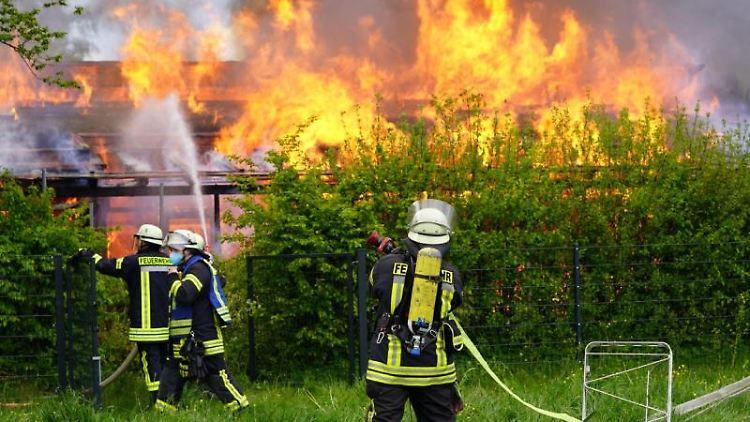 Löscharbeiten an einem Kitagebäude in Schorndorf. Foto: Kohls/Sueddeutsche Mediengesellschaft SDMG/dpa