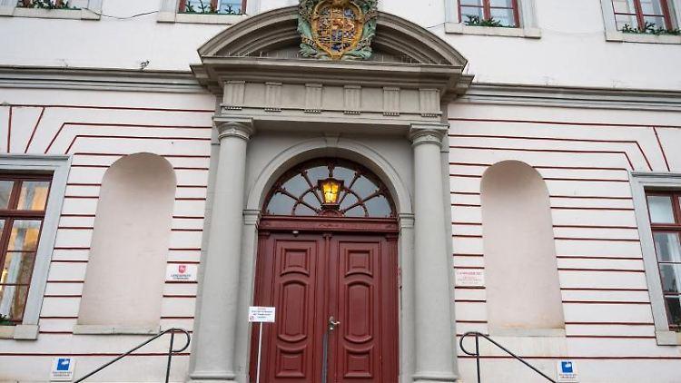 Eine Treppe führt zum Haupteingang vom Landgericht Lüneburg. Foto: Philipp Schulze/dpa/Archivbild