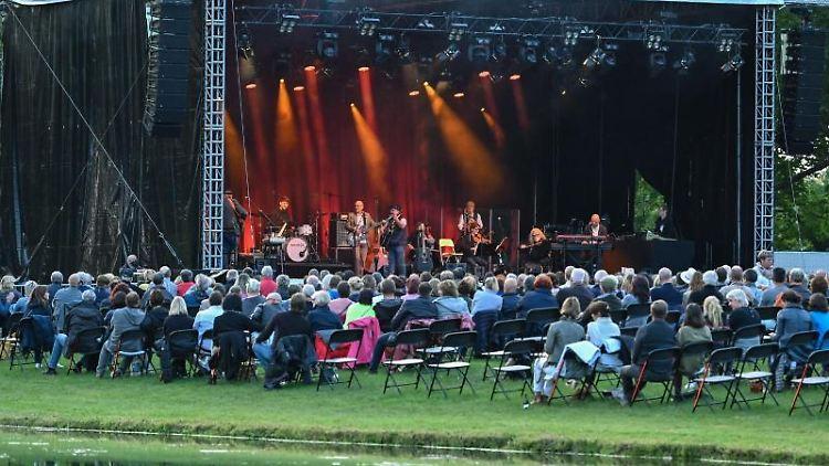 Ein Open-Air-Konzert auf der Bühne der Stiftung Schloss Neuhardenberg. Foto: Patrick Pleul/dpa-Zentralbild/dpa/Archivbild