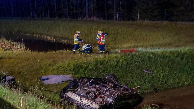 Einsatzkräfte der Feuerwehr am Unfallort an der A72, wo sich ein Auto mehrfach überschlagen hat. Foto: David Rötzschke/Blaulichtreport & Stormchasing/dpa