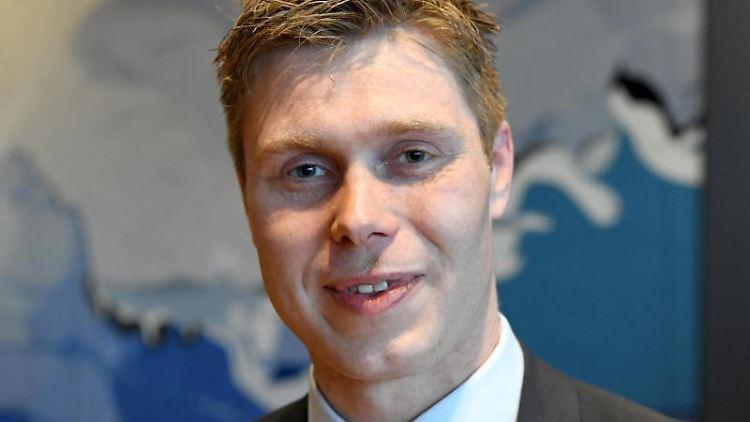Florian Lorenzen (CDU), Landrat von Nordfriesland, steht im Kreishaus. Foto: Carsten Rehder/dpa/Archivbild