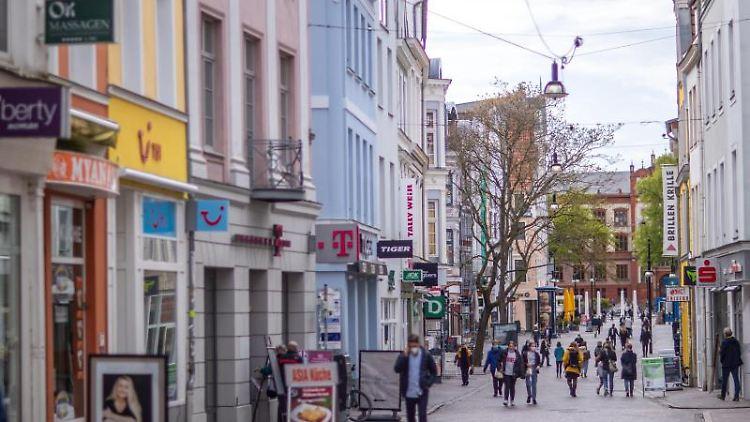 Passanten gehen durch eine Fußgängerzone. Foto: Jens Büttner/dpa-Zentralbild/dpa/Archivbild