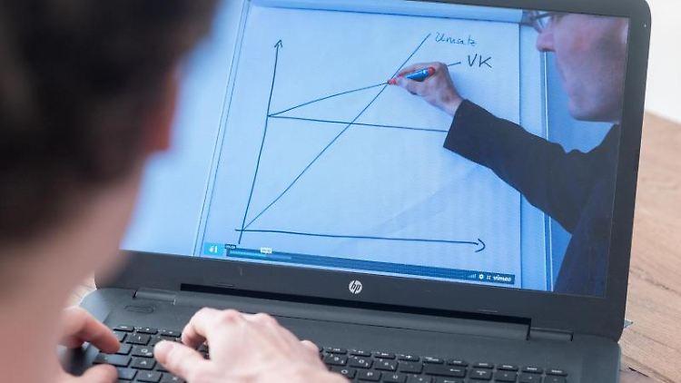 Ein Student schaut zu Hause ein Erklärvideo auf seinem Laptop an. Foto: Armin Weigel/dpa/Symbolbild