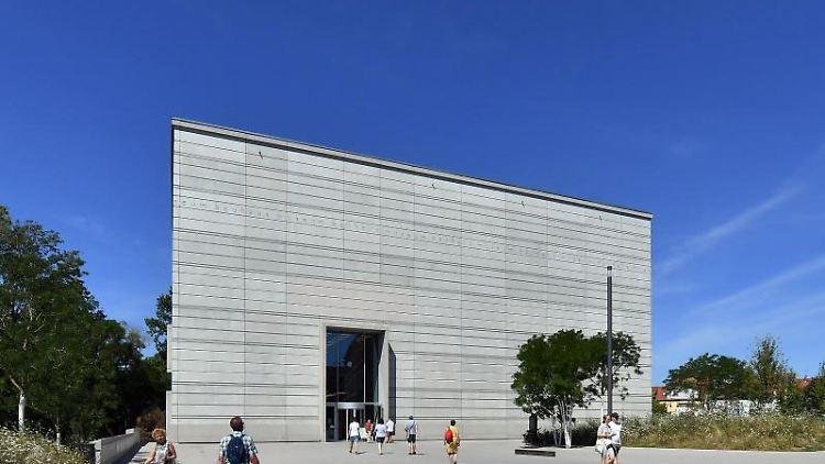 Blauer Himmel über dem Bauhaus-Museum in Weimar. Foto: Martin Schutt/dpa-Zentralbild/dpa/Archivbild