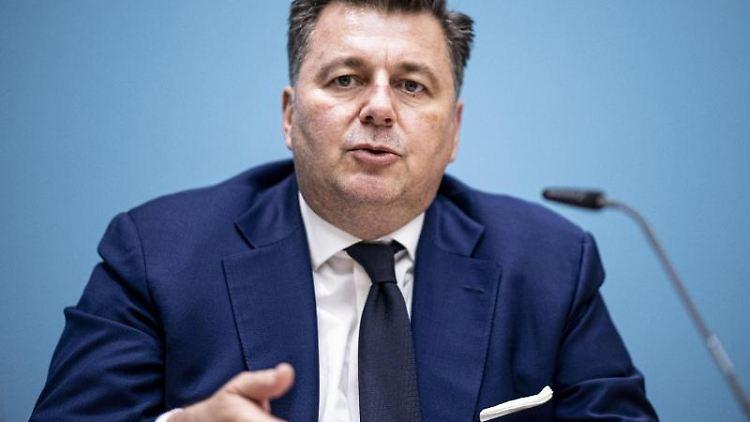 Andreas Geisel (SPD), Senator für Inneres, sricht. Foto: Fabian Sommer/dpa/Archivbild