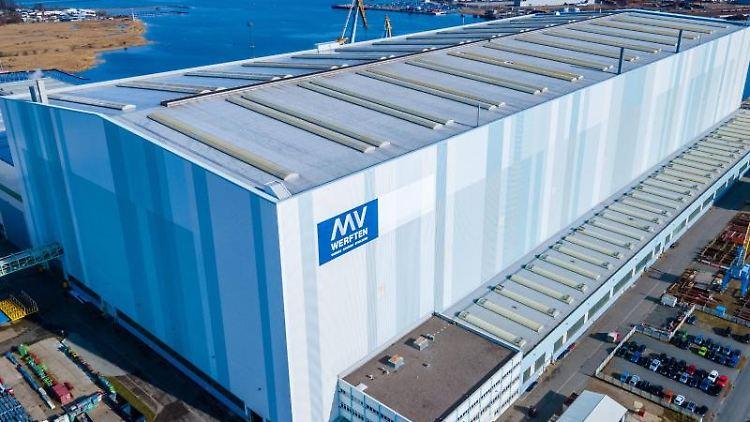 Die Schiffbauhalle der zum asiatische Mutterkonzern Genting Hongkong gehörenden MV-Werft Wismar. Foto: Jens Büttner/dpa-Zentralbild/dpa/Archivbild