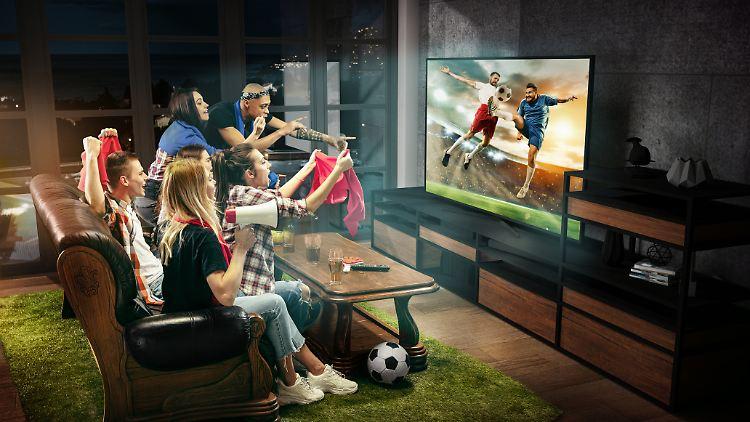 Fernseher, Soundbar und Beamer holen das Stadion ins Wohnzimmer.