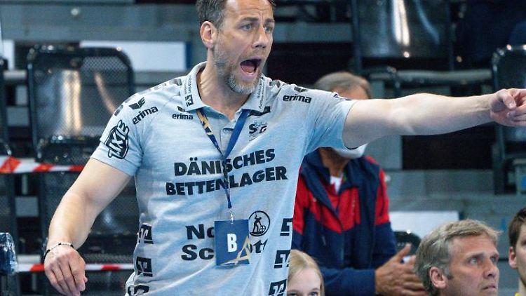 Flensburgs Trainer Maik Machulla coacht sein Team. Foto: Axel Heimken/dpa/Archiv