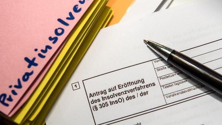Ein Antrag auf Eröfnung eines Insolvenzverfahrens. Foto: Alexander Heinl/dpa/Illustration/Archiv