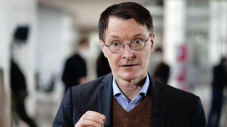 Karl Lauterbach, Gesundheitsexperte der SPD, gibt ein Interview. Foto: Kay Nietfeld/dpa/Archivbild
