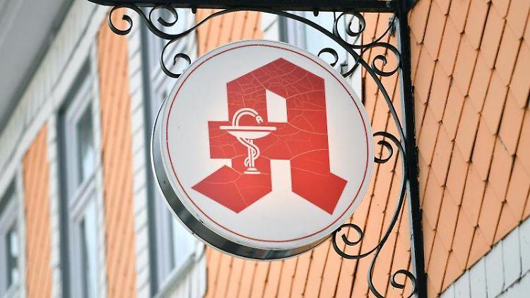 Das Apothekenzeichen hängt an der Hausfassade über dem Eingang zu einer Apotheke. Foto: Martin Schutt/dpa-Zentralbild/dpa/Symbolbild