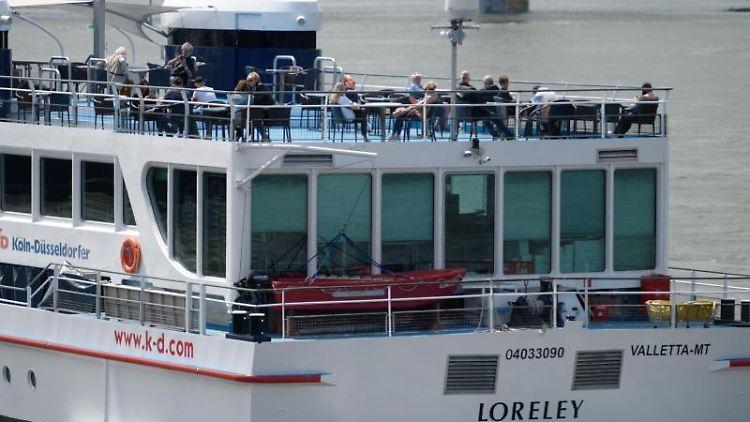 Menschen genießen das warme Frühlingswetter bei einer Panoramafahrt auf der MS Loreley. Foto: Henning Kaiser/dpa/Symbolbild