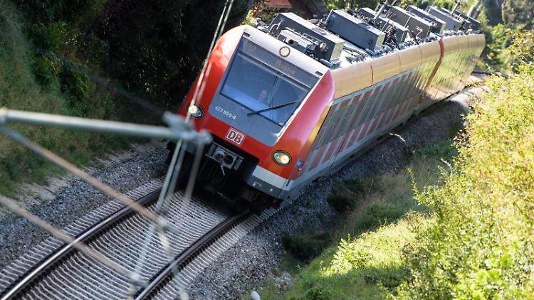 Eine S-Bahn fährt über die Gleise. Foto: Matthias Balk/dpa/Symbolbild