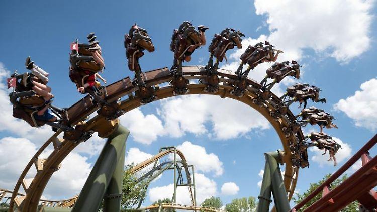 Besucher fahren im Erlebnispark Tripsdrill in der Achterbahn