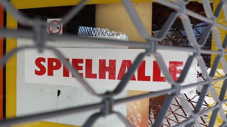 Eine Spielhalle ist geschlossen. Foto: Oliver Berg/dpa/Archivbild