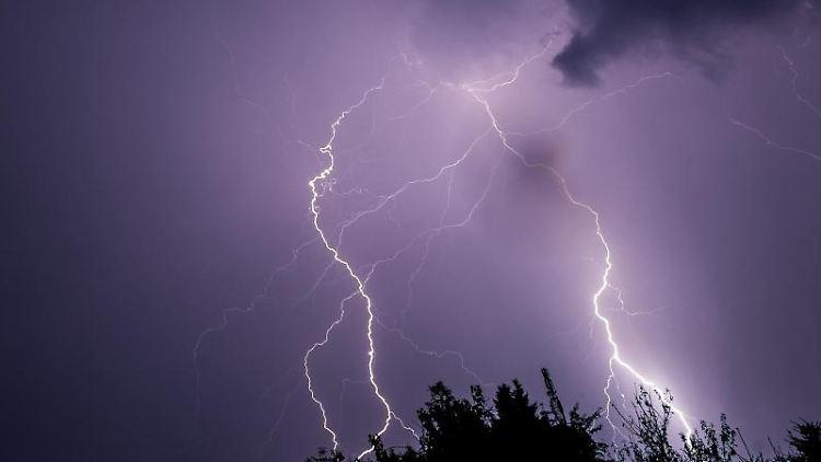 Blitze zucken am Himmel über Magdeburg. Foto: picture alliance /dpa/Archivbild