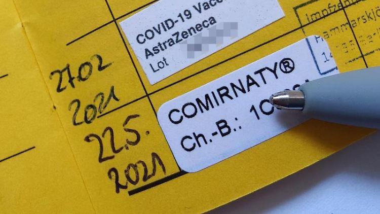 Ein Impfpass nach zwei erfolgten Impfungen gegen Covid-19. Foto: Till Simon Nagel/dpa-tmn/dpa/Archivbild