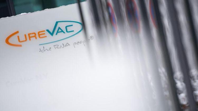 Das Logo des Biotech-Unternehmen Curevac mit dem Slogan