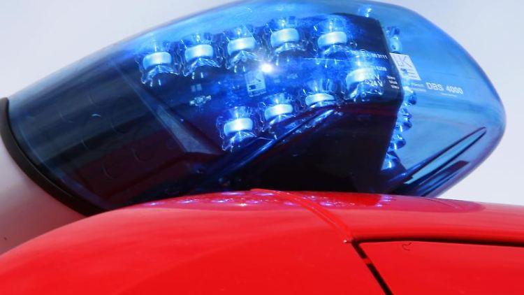 Ein leuchtendes LED-Blaulicht der Feuerwehr. Foto: Stephan Jansen/dpa/Symbolbild