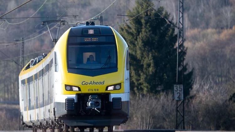 Eine Bahn fährt auf der Filstalbahnstrecke. Foto: Sebastian Gollnow/dpa/Archivbild