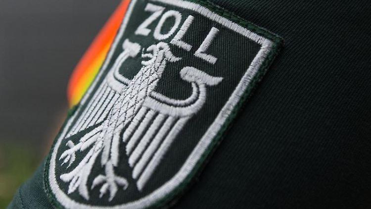 Das Wappen des Zolls ist am Ärmel eines Zollbeamten zu sehen. Foto: picture alliance / dpa/Symbolbild
