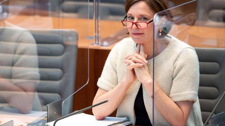 Yvonne Gebauer (FDP), Bildungsministerin von Nordrhein-Westfalen, sitzt im Landtag. Foto: Marius Becker/dpa/Archivbild