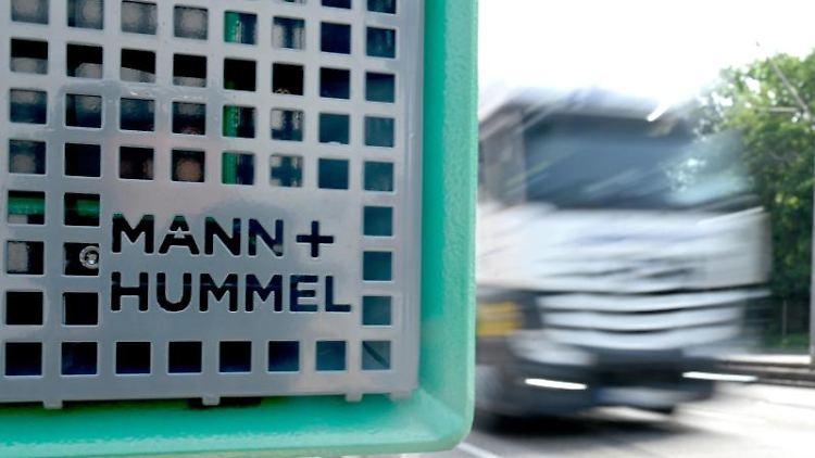 Ein Filter für Feinstaub der Firma Mann+Hummel steht an einer Straße. Foto: Bernd Weissbrod/dpa