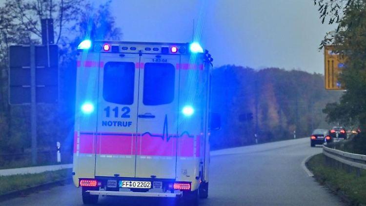 Mit Blaulicht ist ein Rettungswagen imEinsatz. Foto: Patrick Pleul/dpa-Zentralbild/ZB/Archivbild