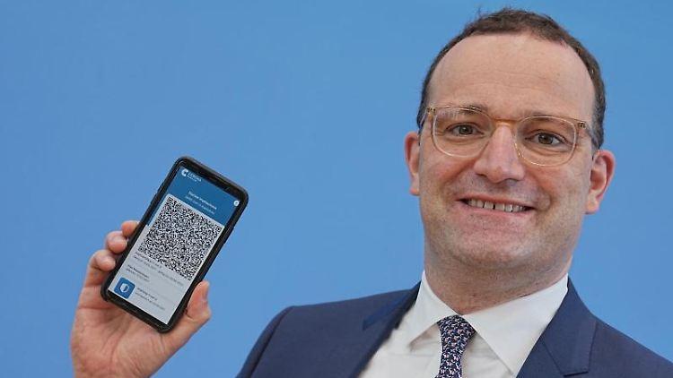 Gesundheitminister Spahn präsentiert in Berlin die App zum digitalen Impfpass. Foto: Michael Kappeler/dpa