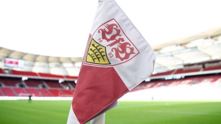 Das Wappen des VFBStuttgart ist auf einer Eckfahne zu sehen. Foto: Tom Weller/dpa/Archivbild