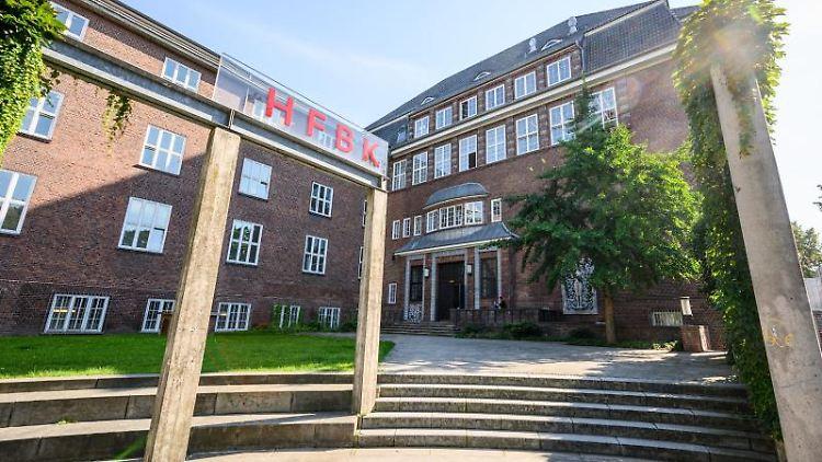 Das Logo der Hamburger Hochschule für bildende Künste (HFBK). Foto: Daniel Reinhardt/dpa/Archivbild