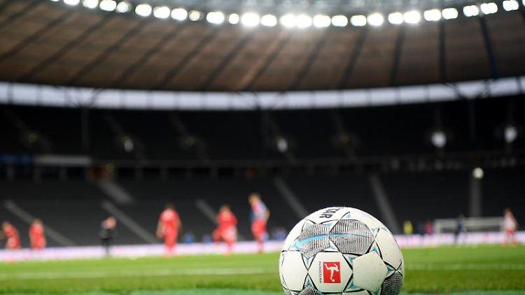 Ein Spielball liegt auf dem Rasen. Foto: Stuart Franklin/Getty Images Europe/Pool/dpa/Symbolbild