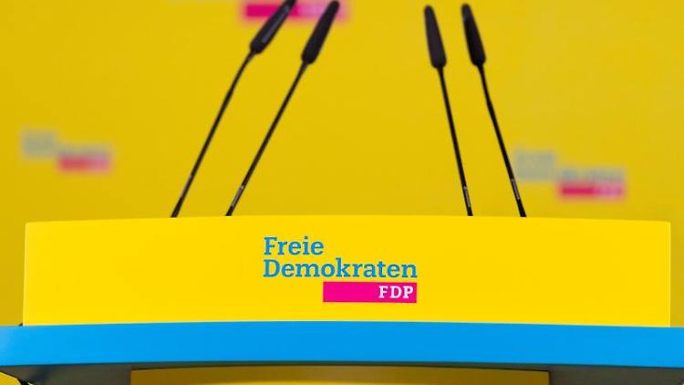 Ein Podest mit dem Logo der FDP. Foto: Christophe Gateau/dpa/Archivbild