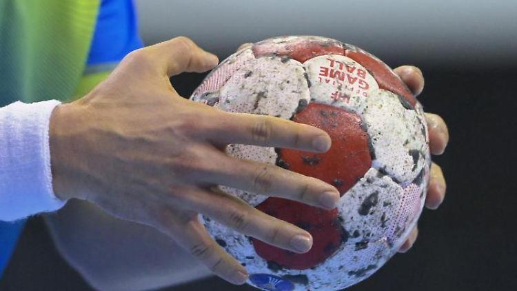 Ein Handballspieler hält den Spielball in den Händen. Foto: Soeren Stache/dpa-Zentralbild/dpa/Symbolbild