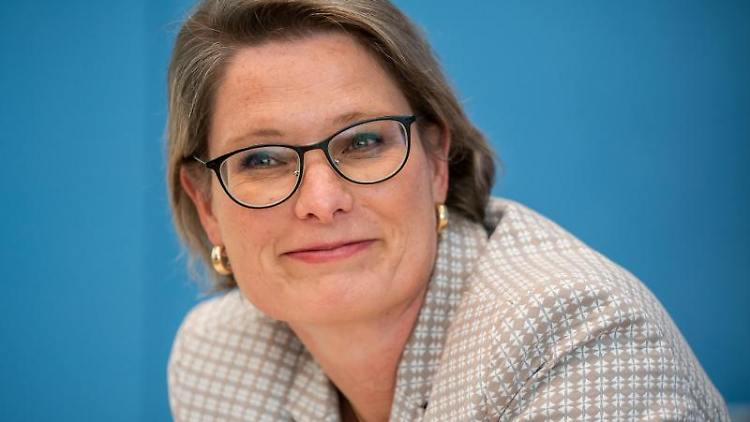 Stefanie Hubig (SPD), Bildungsministerin in Rheinland-Pfalz, lächelt. Foto: Michael Kappeler/dpa