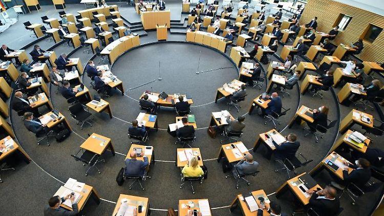 Abgeordnete und Landesregierung sitzen im Plenarsaal des Thüringer Landtags. Foto: Martin Schutt/dpa-Zentralbild/dpa