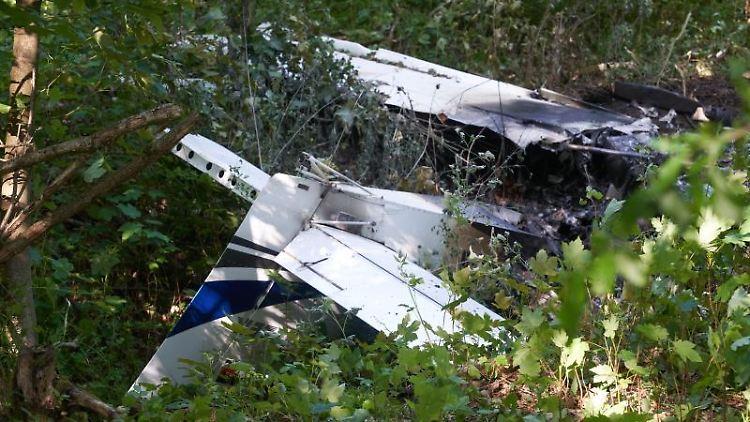 Teile eines Kleinflugzeuges liegen nach dem Absturz in einem Waldstück in der Nähe des Flugplatzes. Foto: Thomas Frey/dpa