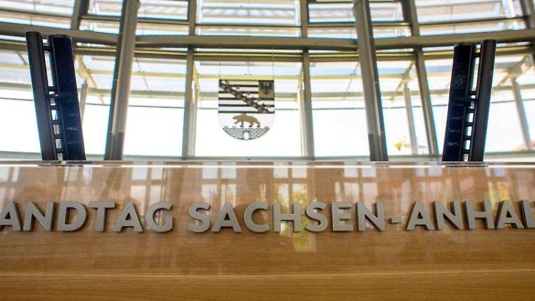 Das Rednerpult im Plenarsaal im Landtag von Sachsen-Anhalt. Foto: Klaus-Dietmar Gabbert/dpa-Zentralbild/dpa/Archivbild