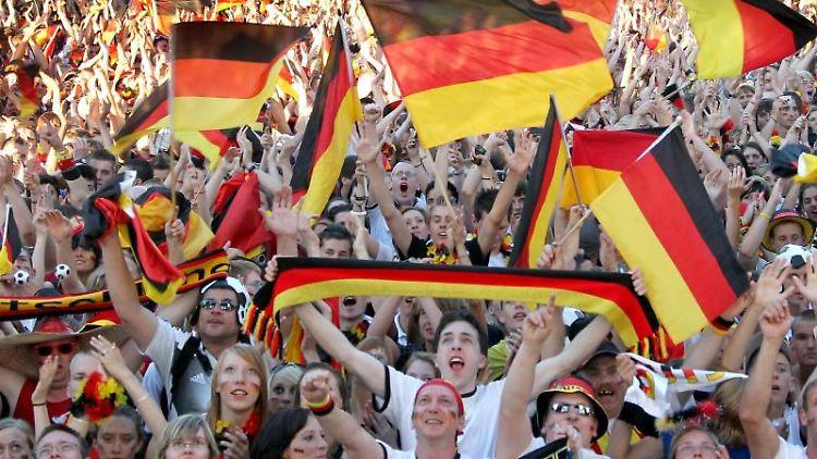 Fußballfans schauen gemeinsam ein WM-Spiel. Foto: picture alliance /dpa-tmn/Archivbild