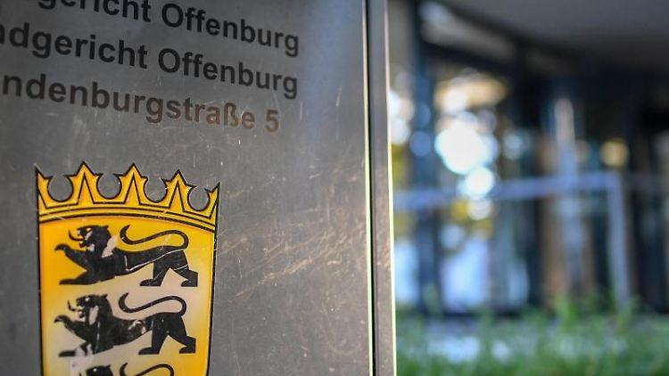 Ein Hinweisschild steht vor dem Landgericht und Amtsgericht. Foto: Patrick Seeger/dpa/Symbolbild